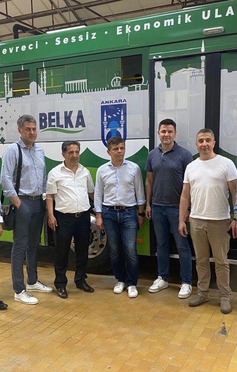 BELKA AŞ Genel Müdürümüz Sn. Dursun Çiçek ile Ukrayna Jitomir Belediye Bşk. Sn. Sergiy Sukhomlyn, Belediye Bşk. Yrd. ve teknik ekibi, Elektrikli Otobüs Dönüşüm Projesi'nin Ukrayna'daki iş birliği konusunda görüşme yaptı. 1
