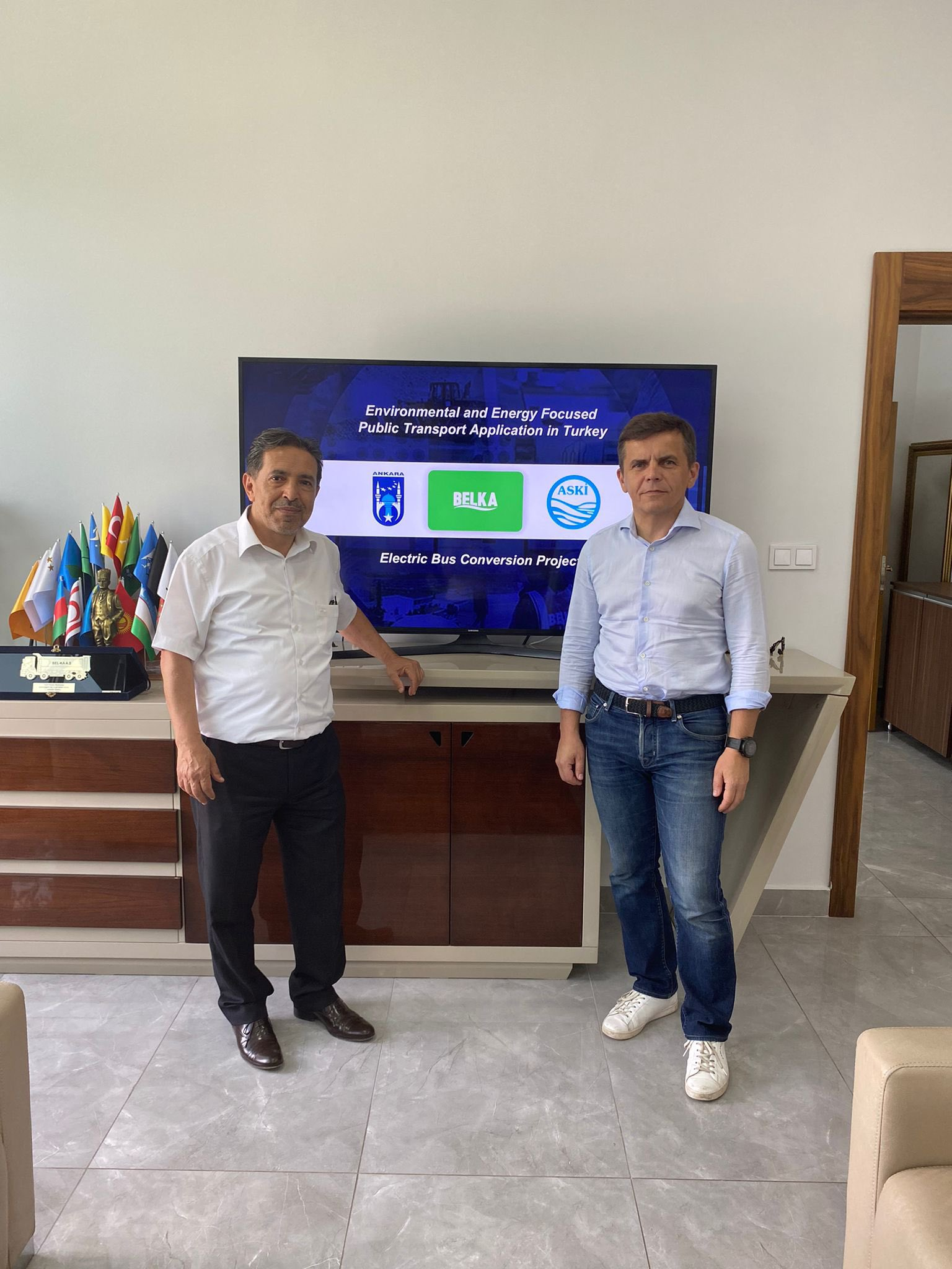 BELKA AŞ Genel Müdürümüz Sn. Dursun Çiçek ile Ukrayna Jitomir Belediye Bşk. Sn. Sergiy Sukhomlyn, Belediye Bşk. Yrd. ve teknik ekibi, Elektrikli Otobüs Dönüşüm Projesi'nin Ukrayna'daki iş birliği konusunda görüşme yaptı. 3